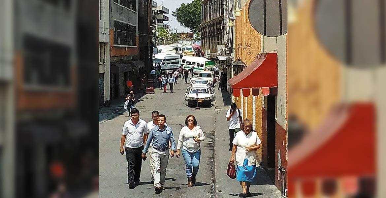 A pie. Ante el cierre de las calles del Centro, muchas personas tuvieron que llegar a sus destinos caminando, con el tiempo encima