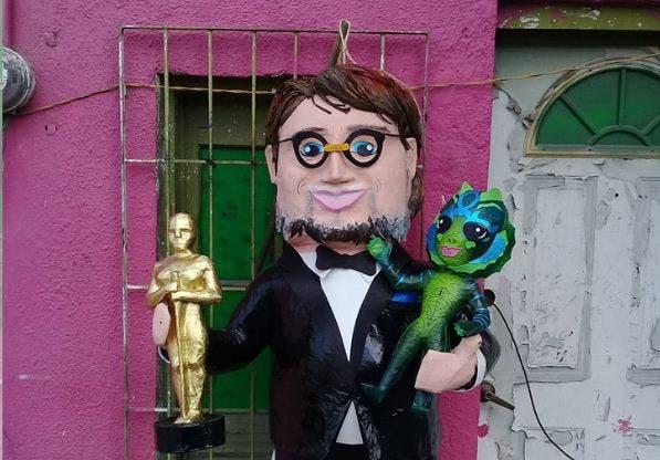 Inmortalizan a Del Toro con piñata