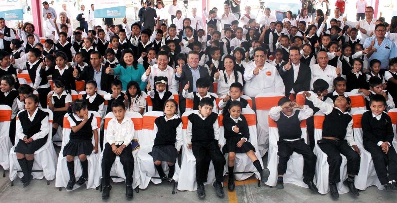 """Arranca. Autoridades educativas y de Gobierno con alumnado de la Primaria """"Tlanesi"""" (Nuevo amanecer, en náhuatl)."""
