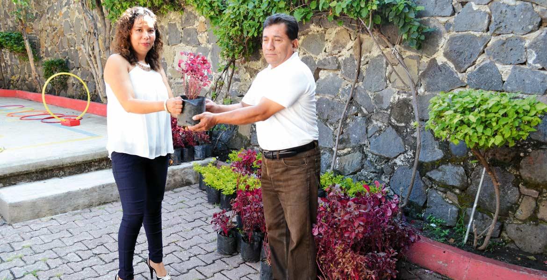 """Reforestan. Autoridades de Yautepec entregaron 100 plantas al jardín de niños """"Aries"""" para que los siembren en su institución."""