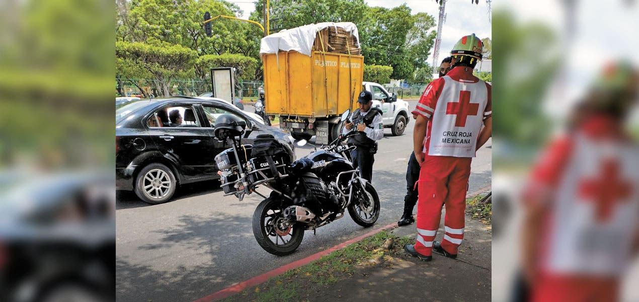 Evita motopolicía choque y termina con hombro lastimado en Morelos