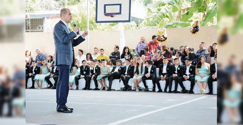 Ceremonia. Apadrina Jaime Álvarez Cisneros a egresados de la escuela - Estanislao Rojas Zúñiga