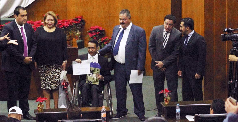 Premio. Roberto Morales, Rubén Benítez y Alfredo Carvajal obtuvieron medalla y estímulo económico por parte de la Comisión de Atención a Grupos Vulnerables.