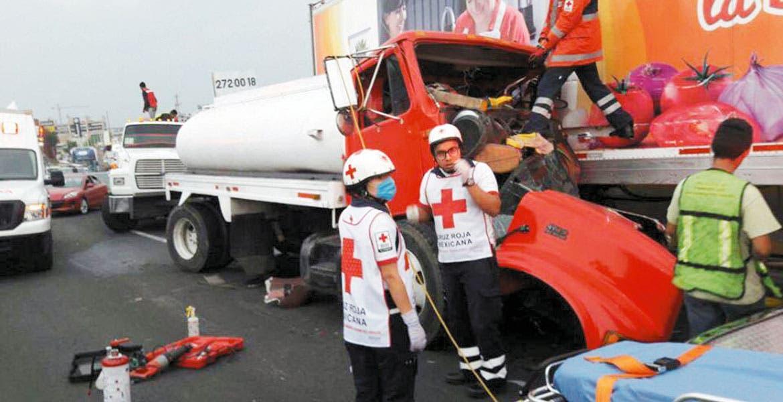 Atención. Un hombre resultó lesionado al quedar prensado al chocar una pipa contra un remolque en la autopista México-Acapulco.