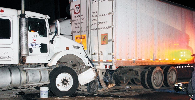 Impactante. En la gráfica se aprecia cómo el vehículo compacto quedó reducido y encajado bajo otro camión que se encontraba estacionado.