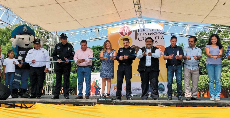 Evento. El alcalde de Cuautla Raúl Tadeo Nava, el coordinador del Mando Único Francisco Javier Viruete, y la directora del Centro Estatal de Prevención Social Sandra Rivera Alemán, inauguraron la Primera Feria de la Prevención Social de la Violencia y Delincuencia.