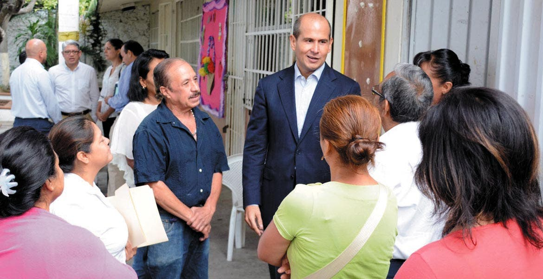 """Encuentro. Jaime Álvarez Cisneros se reunió con padres de familia de la primaria """"General Lázaro Cárdenas"""", en la que entregó computadoras"""