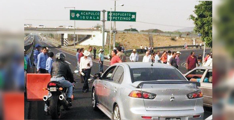 Medida. Vecinos de Xochitepec exigen el retiro de casetas o el no cobro de peaje a los habitantes del municipio.