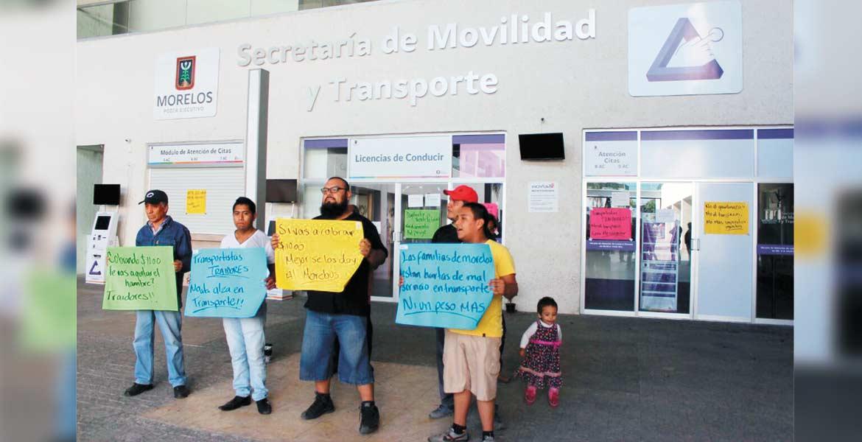 Protesta. Un grupo de ciudadanos se manifestó de forma pacífica en las oficinas de la Secretaría de Movilidad y Transporte.