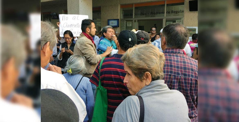 Quejas. Por segunda ocasión, adultos mayores protestaron en la Secretaría de Movilidad.