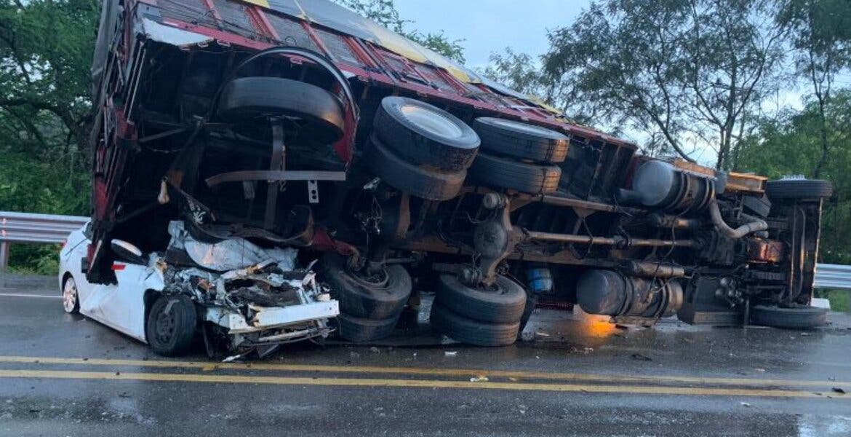 Camión aplasta auto en la Puente de Ixtla-Iguala; hay un muerto