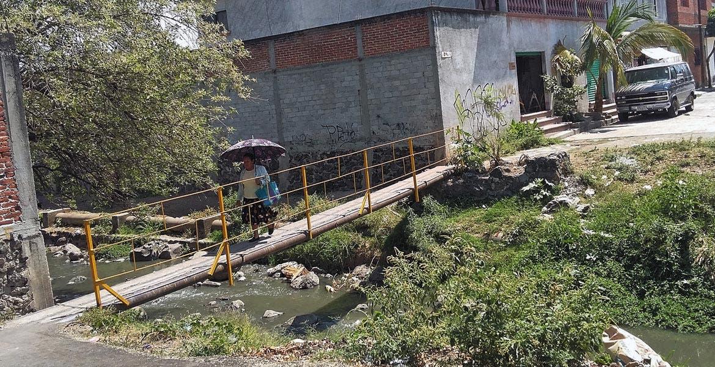 Zona. Vecinos improvisan puente en la colonia Ciudad Chapultepec.