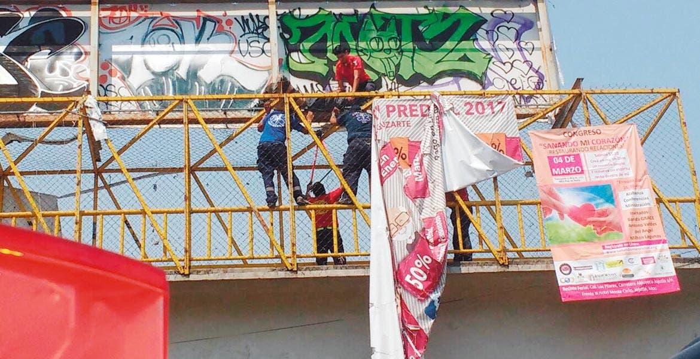 Labores. Bomberos de Temixco rescataron a un indigente, quien quería aventarse de un puente del poblado de Acatlipa.