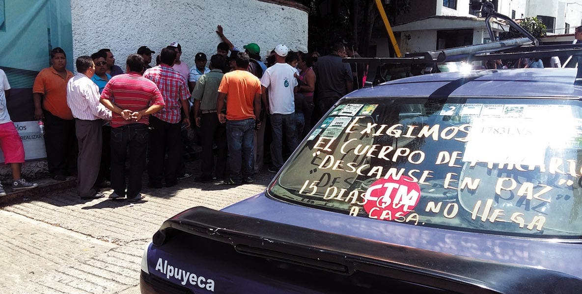 Protesta. Taxistas exigieron la entrega del cadáver de su compañero.
