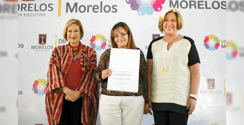 Acto. La escritora Guadalupe Loaeza y la presidenta del DIF Morelos, Elena Cepeda, entregaron reconocimientos a organizaciones civiles, entre ellas Ruedas de Esperanza.