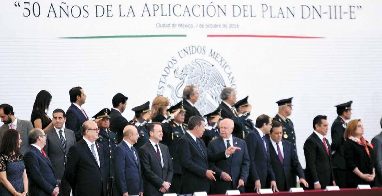 Presente. El Gobernador de Morelos, Graco Ramírez, asistió a la ceremonia que se realizó en la Plaza de la Constitución de la Ciudad de México, en conmemoración del 50 aniversario del Plan DN-III-E.