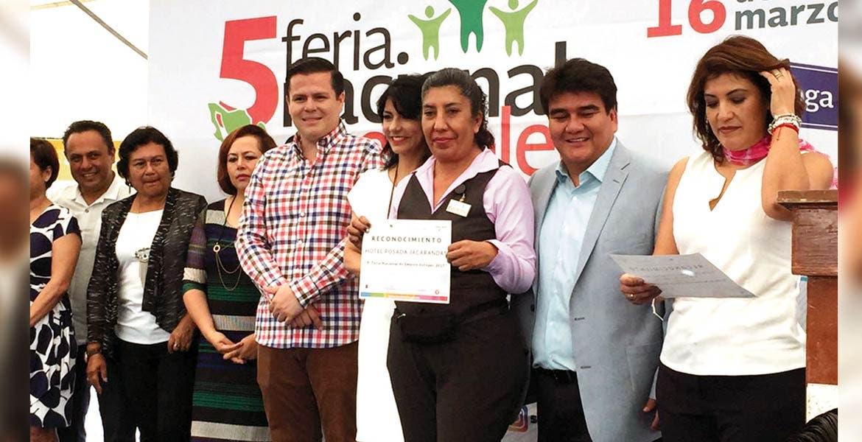 Actividades. El alcalde José Manuel Agüero Tovar acompañado por la secretaria del Trabajo, Gabriela Gómez Orihuela, durante la Quinta Feria Nacional del Emplero.
