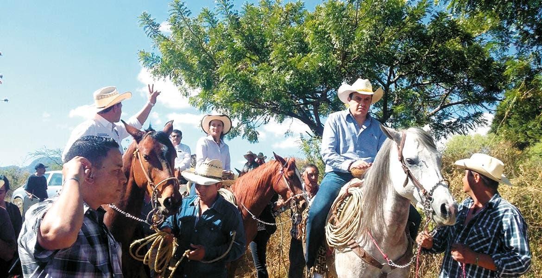 Campos. A caballo, Cuauhtémoc Blanco, acompañado de integrantes del Cabildo, acompañaron a los campesinos de Buena Vista del Monte, a quienes reconoció su trabajo diario para sacar adelante a sus familias.