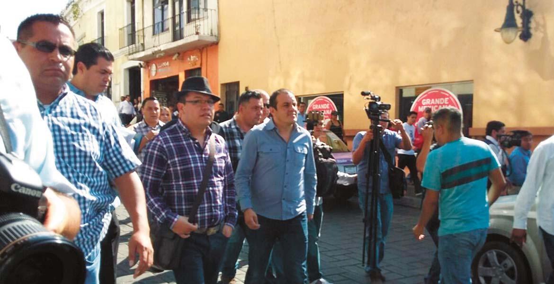 Recorrido. Cuauhtémoc Blanco, alcalde de Cuernavaca, llegó al Ayuntamiento a pie, en un recorrido desde el centro de la ciudad, acompañado de su equipo.