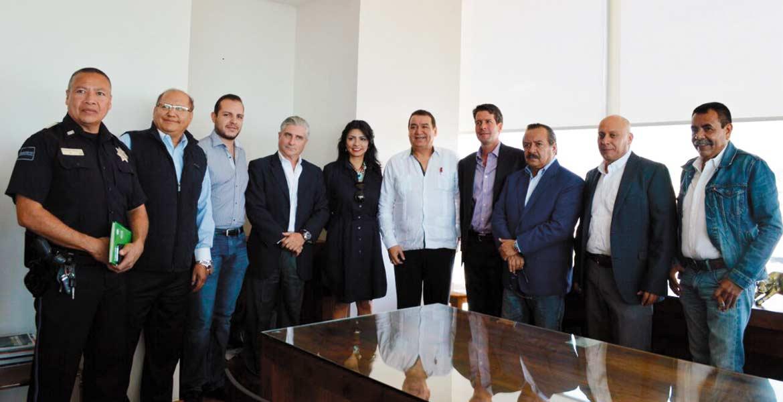 Aval. Se reúnen el sindicalista Cuauhtémoc Plascencia, y los delegados federales de Gobernación y de la SCT.