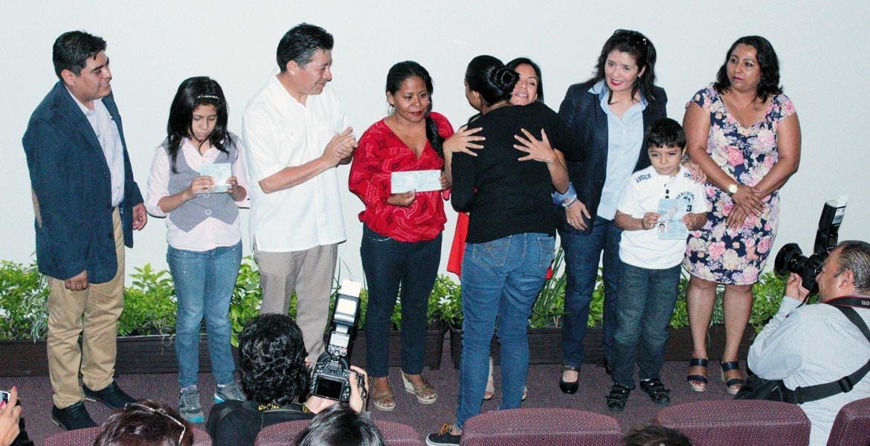 Doble. El secretario de Gobierno, Matías Quiroz, y Blanca Almazo, titular de Sedeso, entregaron pasaportes a hijos de migrantes retornados, lo que les permite a avanzar en una sociedad de derechos.