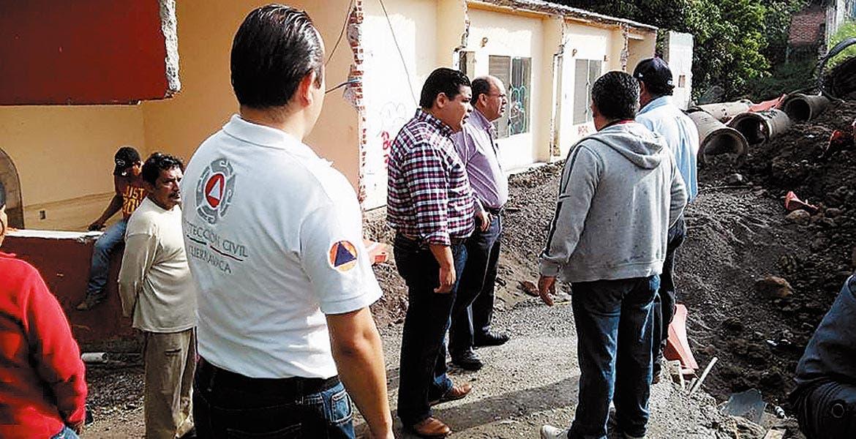 Recorrido. Autoridades de Prortección Civil estatal y de la SCT constataron los daños a 5 viviendas.