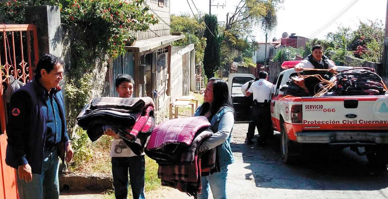 Colonias. Vecinos de las colonias Santa María Ahuacatitlán y Lienzo Charro recibieron cobijas para que eviten prender anafres para calentar las viviendas.