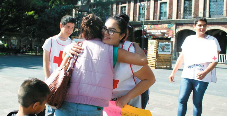 La Escuela de Técnicos de Urgencias Médicas de la Cruz Roja repartieron ayer abrazos y besos en la Plaza de Armas. Lo anterior, con el objetivo de brindar cariño y sensibilizar a las personas en estas fechas, pues algunas pasarán las festividades en soledad.