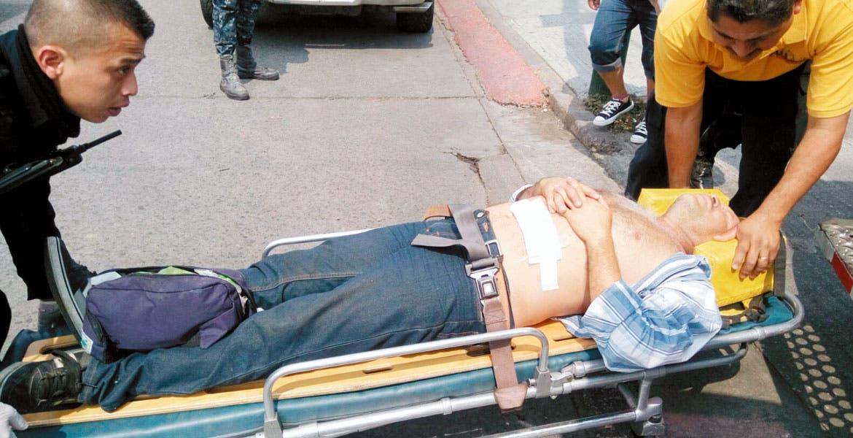 Atención. Rufino Mora Amador fue lesionado de un disparo en el estomago, tras resistirse a ser asaltado al salir de un banco.