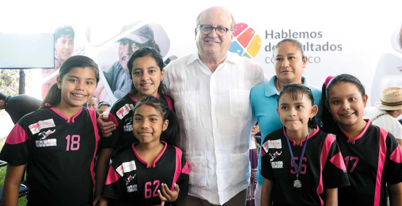 Convivencia. Graco Ramírez respondió a lcuestionamientos de los habitantes y se tomó la foto con ellos.