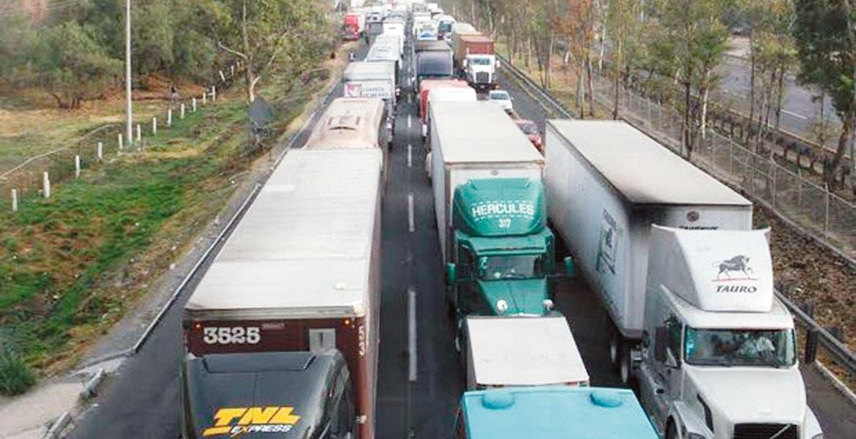 Atrasos. Camiones y unidades permanecen varados en la Ciudad de México debido a la contingencia ambiental.