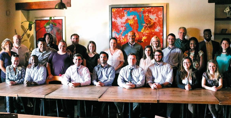 Encuentro. El legislador Jaime Álvarez Cisneros se reunió con estudiantes de la Universidad George Mason.