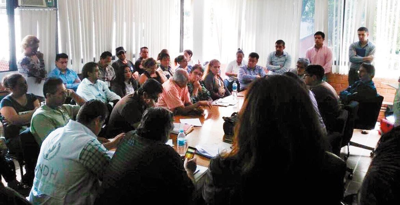 Reunión. Vecinos se reunieron con el director del Centro SCT y convinieron acciones de reparación de daños.