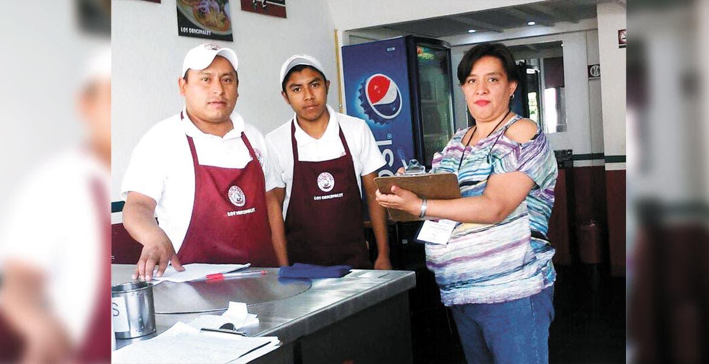 Operativo. La comuna revisa que las personas que venden comida cumplan las normas para evitar contingencia sanitaria por alimentos