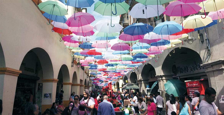 Adornos. Las sombrillas en la calle Guerrero brindan un escenario llamativo que fue del gusto de propios y extraños.