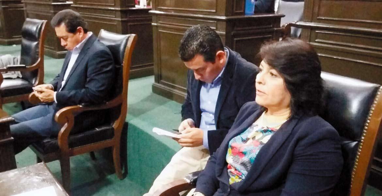 En el móvil. Los diputados del PAN durante la votación para revocar mandato a alcalde de Cuernavaca.