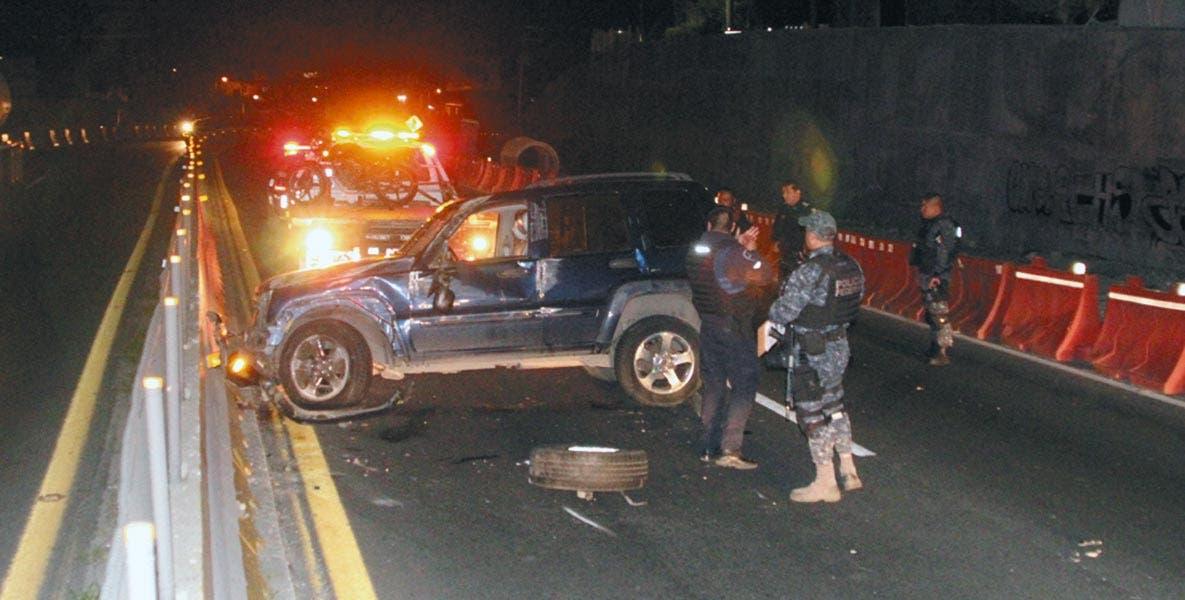 Percance. Un ladrón resultó lesionado al volcar una camioneta que acababa de robar.