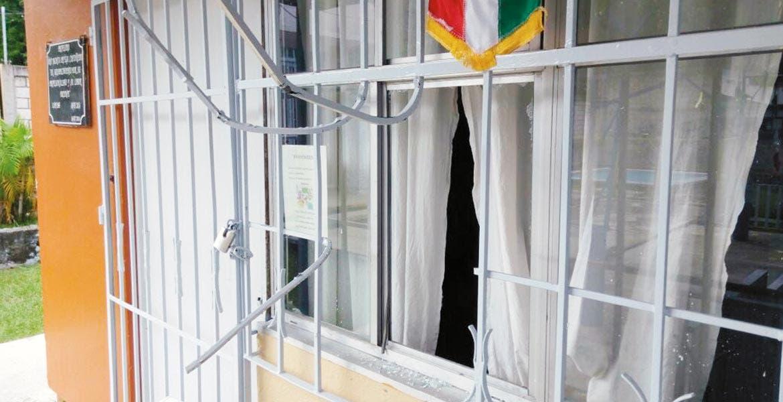 Rompen. Los sujetos forzaron una estructura metálica y rompieron el vidrio de la ventana de la dirección, para meterse a robar y llevarse varios aparatos.