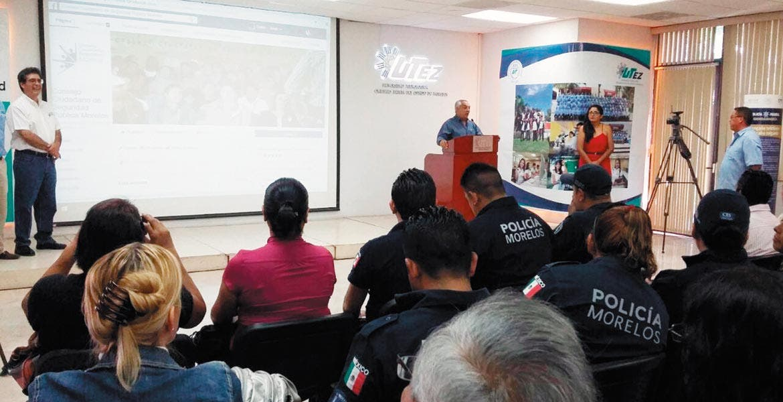 Foro. La Policía de Ciberdelincuencia de la CDMX explicó a jóvenes los delitos más comunes en internet.