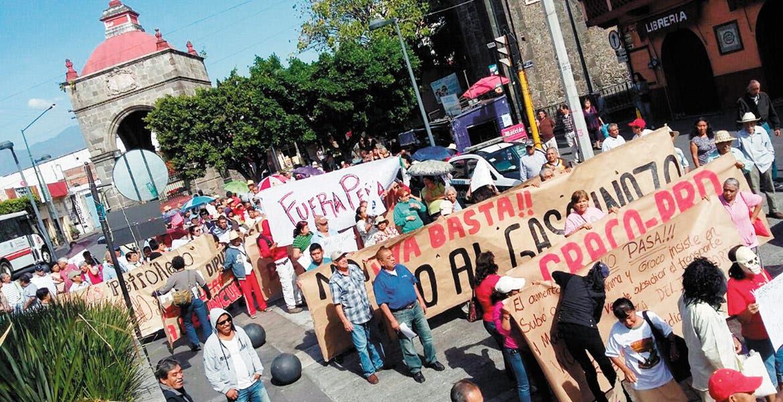 Ayer, ciudadanos del municipio de Cuernavaca se manifestaron en el primer cuadro para exigir a los diputados locales se retracten del aumento al costo del pasaje