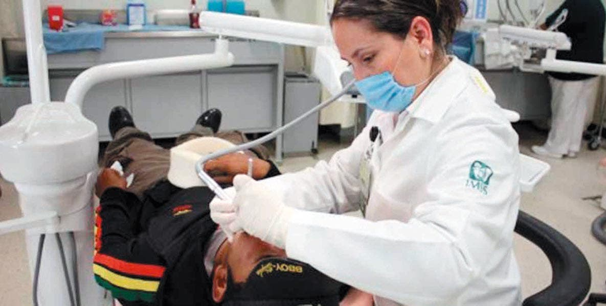 Consejo. Especialistas recomiendan en estas vacaciones no relajar la higiene bucodental y acudir al dentista para revisión.