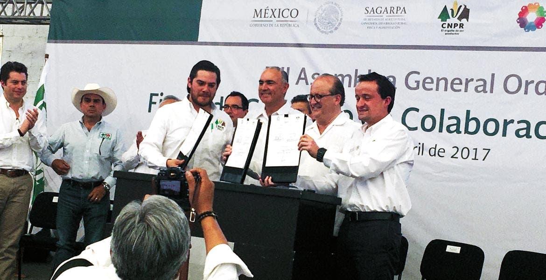 Compromiso. El Gobernador Graco Ramírez atestiguó la firma del convenio de colaboración para garantizar la salud de las mujeres y los hombres del campo.