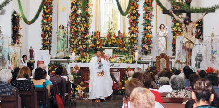 Misa. El presbítero Alvaro del Carmen celebró la eucaristía, en la que pidió a los feligreses asistentes alejarse de las tentaciones.