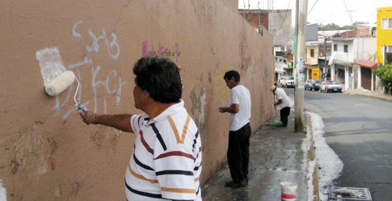 Participación. Vecinos de la colonia Carolina pusieron manos a la obra para dar mejor imagen a las fachadas de sus viviendas.