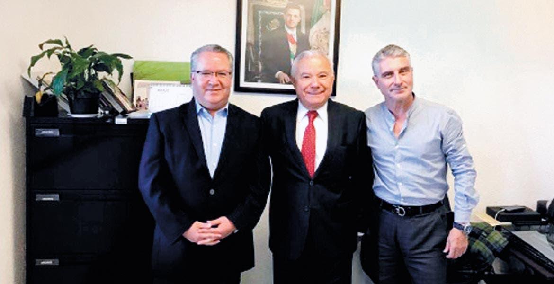 Nuevo. El nuevo delegado de Segob, Juan Molina; el director regional, Juan Salgado, y Gerardo Cubria, ex delegado.