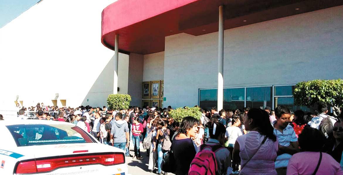 Lugar. El estacionamiento de la plaza en donde se ubican las salas de cine, sirvió como punto de reunión para los estudiantes que participaron en el simulacro.