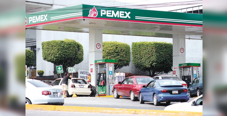 Repercusión. El combustible que más incremento tendrá es la gasolina Premium, al pasar de 14.03 a 14.37 pesos por litro, mientras que la Magna aumenta de 13.16 a 13.40 pesos.
