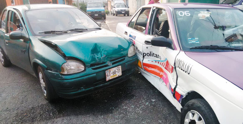 Encontronazo. Un taxi fue impactado por un Chevy guiado por una señora que intentó ganarle el paso en la colonia Satélite.