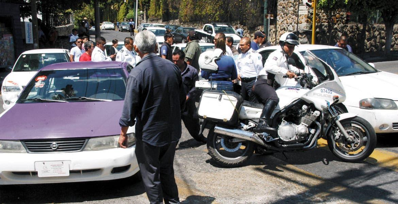 Manifestación. Ruleteros atravesaron sus unidades y por más de media hora causaron caos vial en tres vialidades del Centro; pidieron dialogar con autoridades municipales.