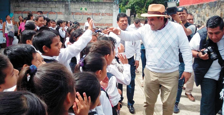 Inician. El alcalde Agustín Alonso Gutiérrez inauguró los trabajos de la techumbre de de la escuela primaria Carlos Pérez Guerrero.